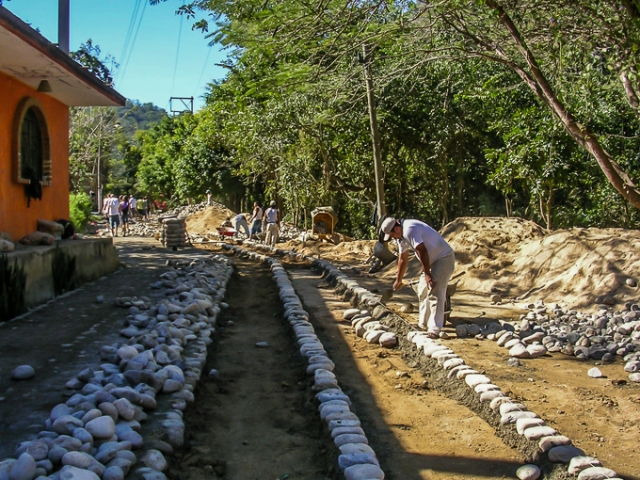 laying-a-cobblestone-street-puerto-vallarta-walking-tours-7890