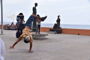A little break dancing on the Malecon.